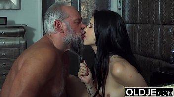 Porno In Cabina De Proba Cu Un Mos Ce Fute O Tanara