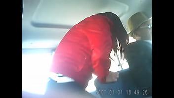 #1 puta paceña subiendo al minibus mostrando la rraja