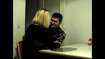 Сынок трахает маму на диване пока мужа нет дома