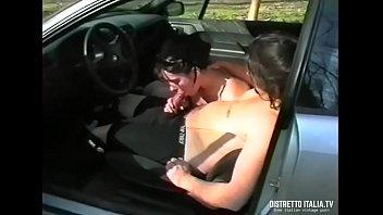 Mi scopo la vicina in macchina mentre un mio amico ci riprende di nascosto