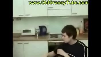 Порно на кухне в масках мать с сыном