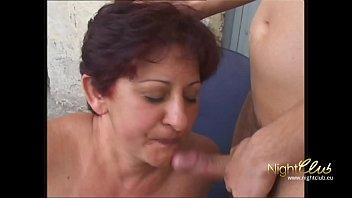 Junger Stecher fickt alte Oma direkt in den Arsch