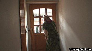 Русская мать нарядилась в императрицу и соблазнила сына