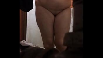 Espiando a mama en la ducha parte 3 (Comenten para mas)