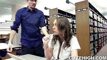 Учительница спалилась за мастурбацией