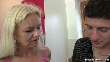 Мать и сын занялись сексом ваннай