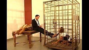Ragazza segretaria tedesca si lecca i piedi e succhia il cazzo del suo capo in gabbia