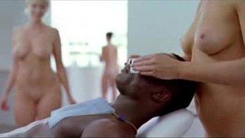 Garotas completamente nuas massageando os clientes