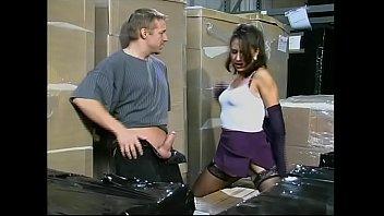 Due operai scopano la figlia del capo nel magazzino