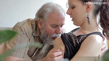 Velho comendo novinha no porno com sensualidade nacional