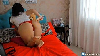 Sexy Nerd Girl de oculos fazendo strip masturbando com Plug anal, passando creme no corpo, chupando gostoso