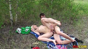 Amateur blonde M&auml_dchen im Wald ficken