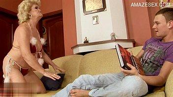 Пухлая блондинка с огромными сиськами