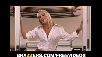 Русская девушка нехотя делает минет видео