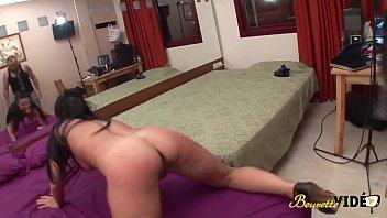 Jenny, serveuse latina très sauvage adore la sodomie