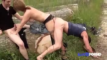 Se la coje pegado como perro y se pone a ladrar