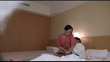 Сыновья трахают своих матерей в задницы видео