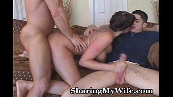 Дойки ком трое парней уют брюнетку
