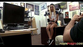 Сексуальная девушка в вечернем платье мастурбирует видео