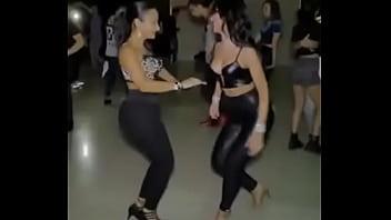 par de culonas bailando