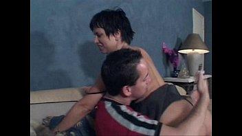 Мамочка брюнетка трахнула своего сына