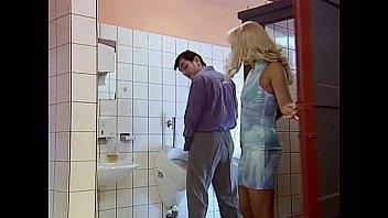 Анал в туалете