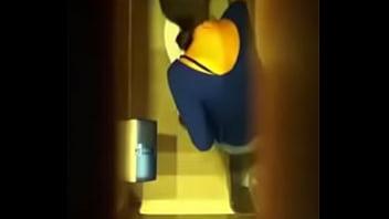 spiare nel bagno pubblico