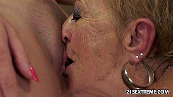 คุณยาย xxx lesbian ชวนหลานเล่นเสียว แปลกไปอีกแบบ