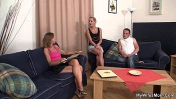 Порно мать трахается с лучшим другом сына