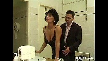 Gangbang di mia moglie nel bagno del ristorante con clienti e