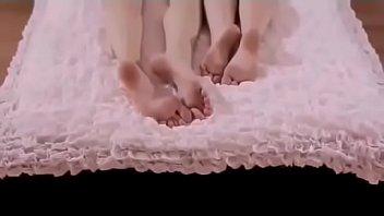 Amigas novinhas brincando na cama