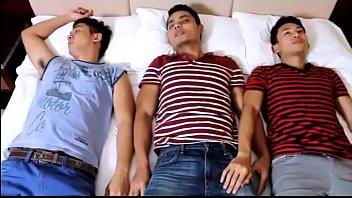 xxxเกย์ไทย สามหนุ่มขี้เหงาขี้เงี่ยนเล่นเสียว สวิงกิ้ง เสียบกันยับอัดตูดไม่ยั้งครางลั่นอย่างเสียว