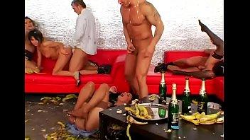 Лесбиянки в интимном видео трахаются со страпоном в загородной усадьбе