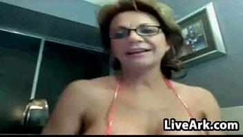 Соло зрелой женщины с большой грудью