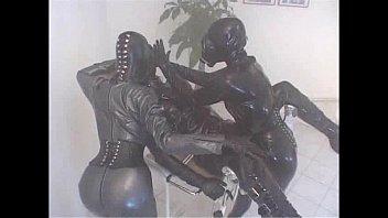 Мужики ебут резиновых женщин