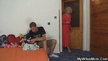 Смотреть инцест мать учит сына как правильно ублажать женщин