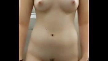 Em gái nứng quá thủ dâm trong nhà tắm