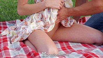 Porno HD com essa garota magrinha sumindo a piroca com a xoxota