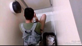 Espiando um hetero pajero em um banheiro público de CDMX