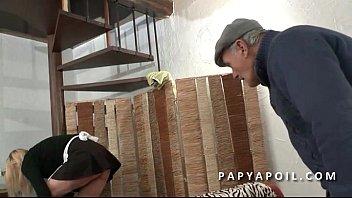 Papy recoit une bonne pipe de femme de menage qui se fait bourrer la chatte