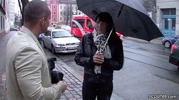Teeny wird auf der Strasse angesprochen und fuer Geld gefickt