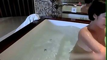 Сисястая девушка мастурбирует в ванной
