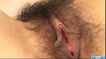 Oriental da boceta cabiluda quicando na vara