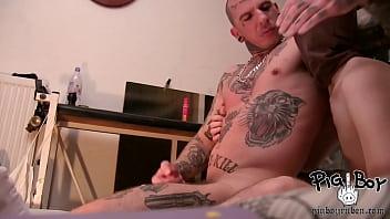 Мужик гей заставляет пацана нюхать подмышки