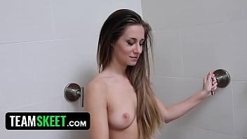 Rjavolasa punca je dobro pofukana v hotelski sobi z velikim tičem