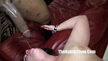 Девушка в ванне ласкает свою киску