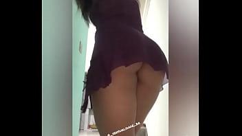 Esposa gostosa se exibindo de sainha