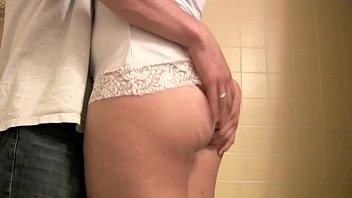 パンティーを履いたままのの女性を愛撫し、パンティーに穴をあけてディルドや肉棒を挿入