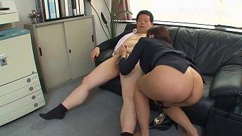 美熟女が男性の肉棒をしごき、舐めしゃぶり、射精させます