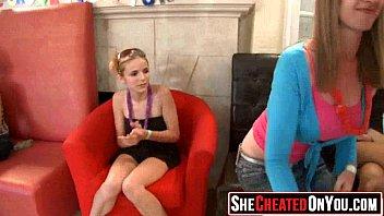 Лысый мужчина развлекается с двумя дамами сладко